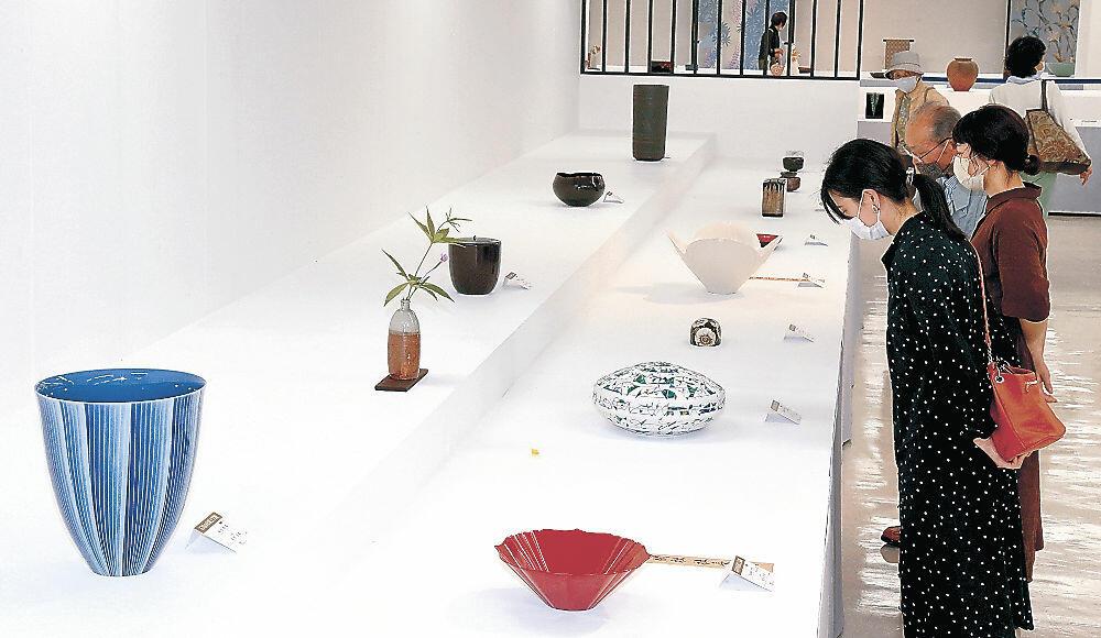 卓越した精緻の技と美に見入る来場者=金沢市の金沢エムザ8階催事場