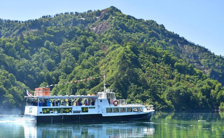魚沼から行く尾瀬ルートが開通し、奥只見ダム湖から尾瀬に向かう遊覧船=1日、魚沼市