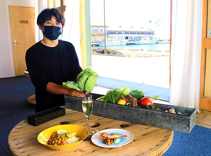 海のすぐそばにある「海ブタ」で料理を準備する濱多さん