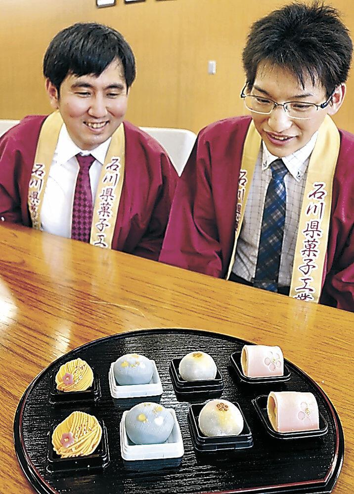 百万石まつりを表現した和菓子を考案した板村会長(右)と沖副会長=金沢市役所