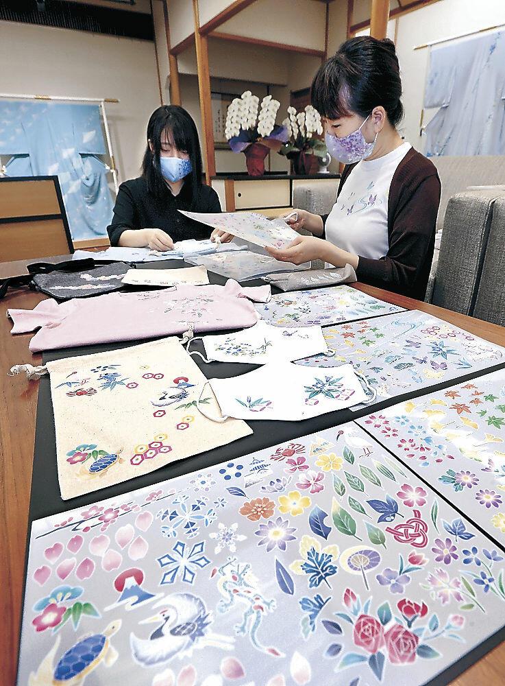 加賀友禅の模様を洋服や小物に貼り付けられる熱転写シート=金沢市本多町3丁目