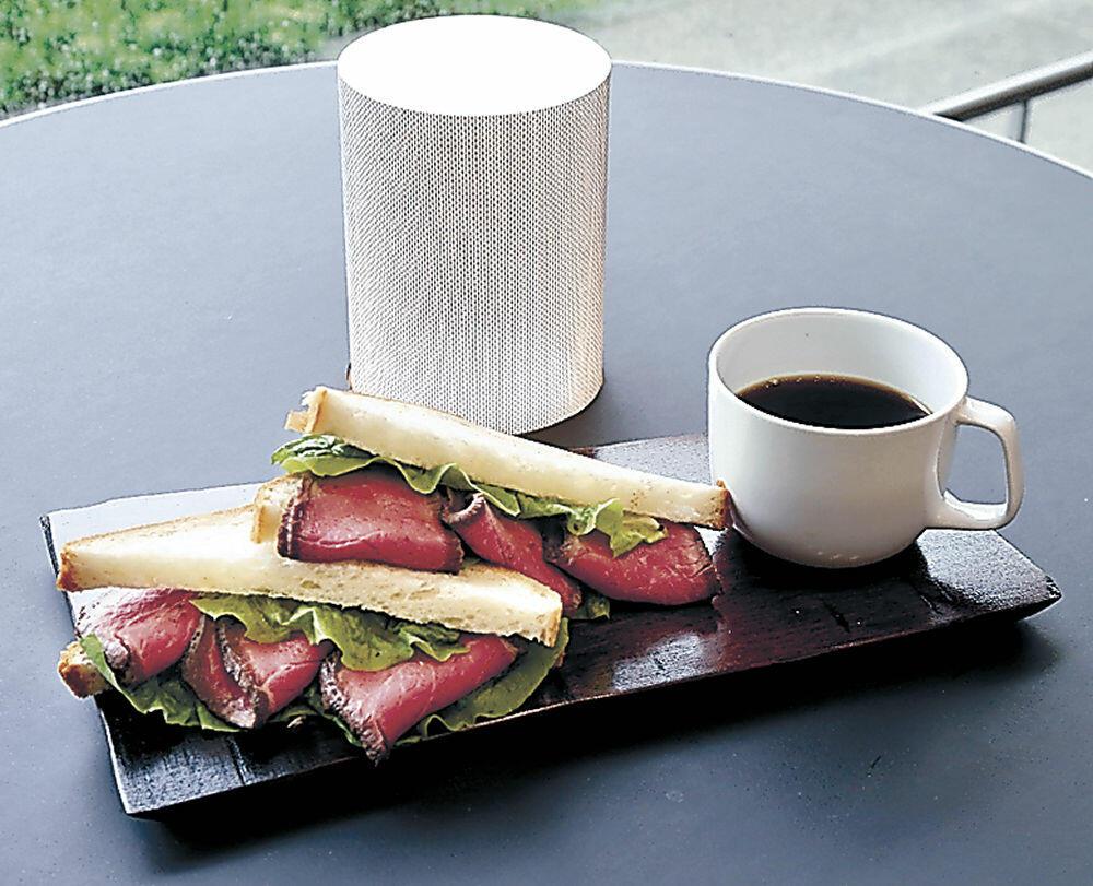 カフェで提供するコーヒーとクラブハウスサンド