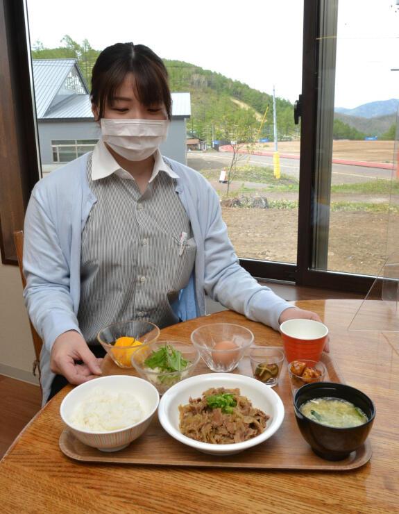ニッスイ湯の丸アスリート食堂の管理栄養士の牛田さんと、提供するメニューの1例