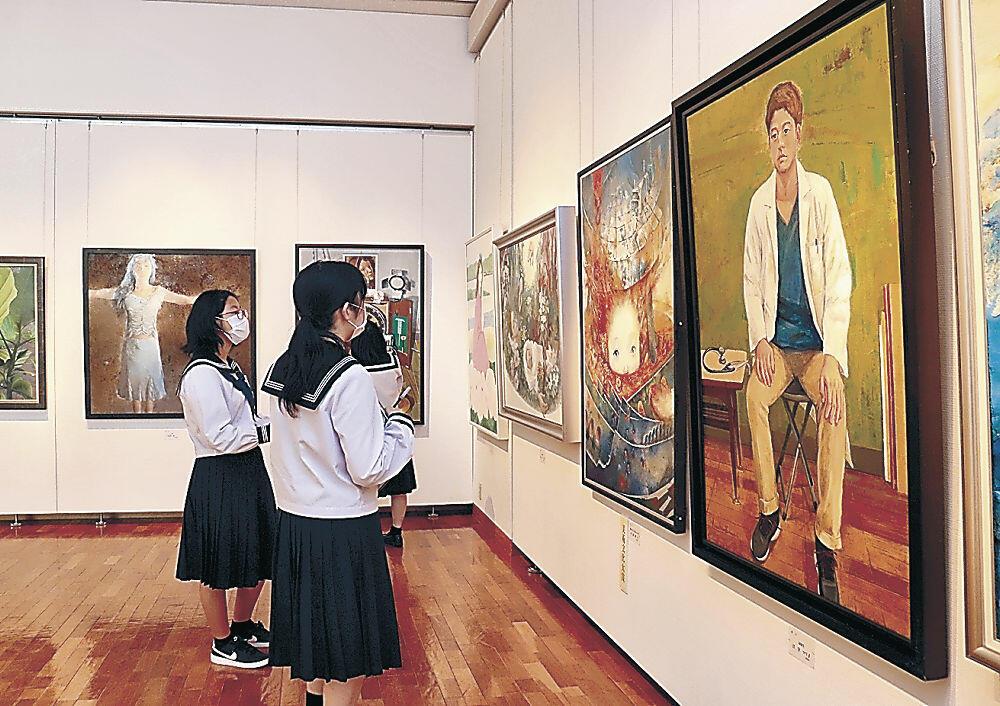 秀作を鑑賞する生徒=七尾市の県七尾美術館