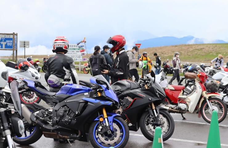 愛好家自慢のバイクが並んだ霧ケ峰高原