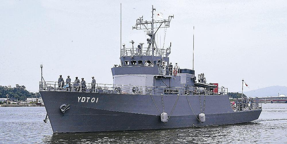 寄港した水中処分母船1号「YDT01」=金沢港クルーズターミナル