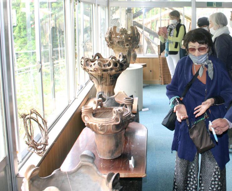 縄文をテーマにした作品などが展示されている「第3回奥阿賀国際アートフェスタ」=阿賀町豊実