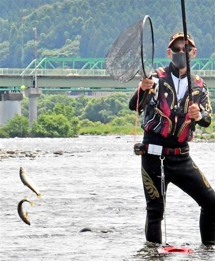 試し釣りでアユを釣り上げる組合員=6月6日、福井県永平寺町松岡下合月