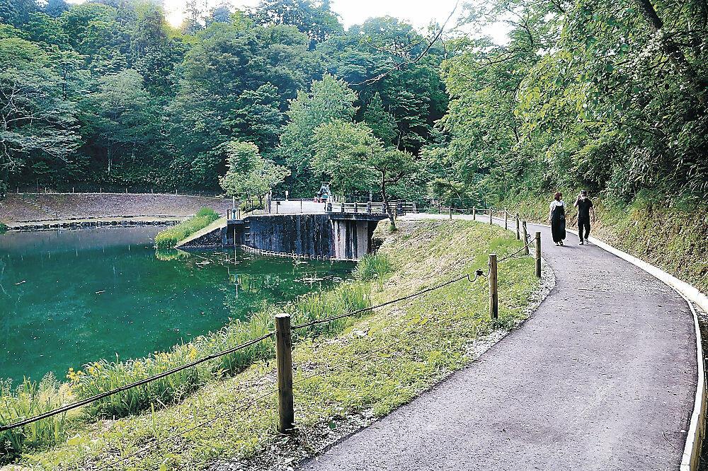 ホタル観賞のため歩道が舗装された玉泉湖=金沢市湯涌温泉