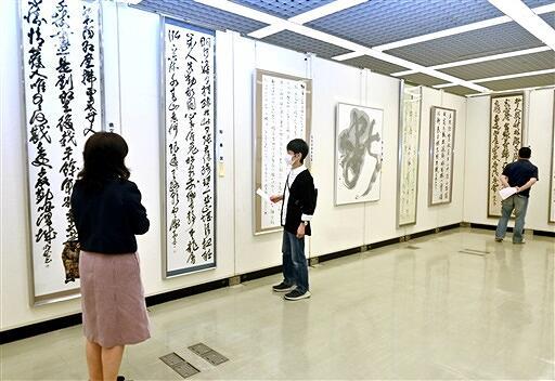 表現豊かな作品が並ぶ県書道展=6月10日、福井市の県立美術館