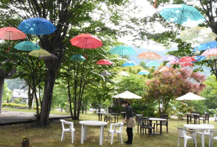 さまざまな色の傘をつるした「さわらびカフェ」