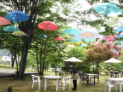 新緑と傘のコラボ楽しんで 須坂の温泉施設