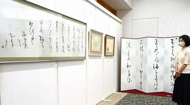 多様なかな文字の表現が目を引く展示=6月11日、福井新聞社・プレス21