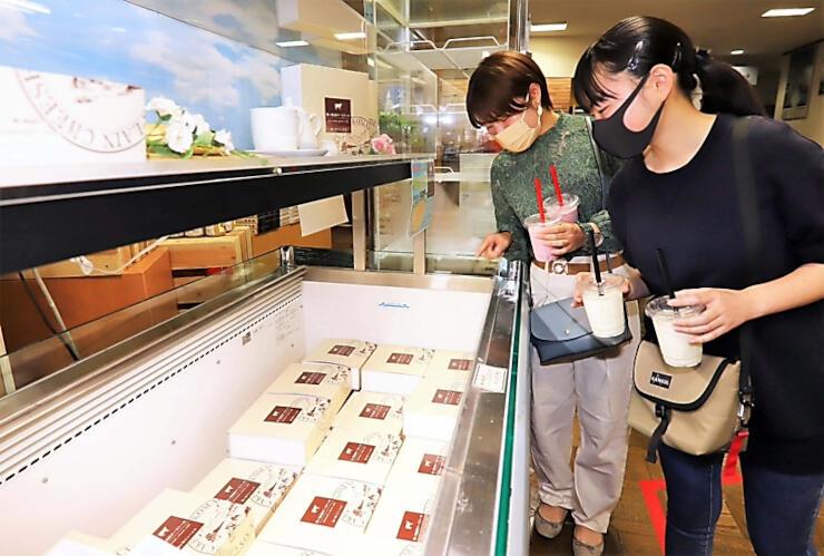 地元産牛乳を使ったチーズケーキなどが並ぶ売店