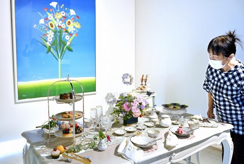 華やかなテーブルが並ぶ企画展「花×うつわ×暮らし」=福井県の鯖江市まなべの館