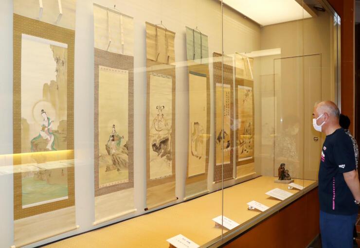 尾竹越堂らの日本画を展示する「第2回尾竹3兄弟絵画展」=長岡市島崎の良寛の里美術館