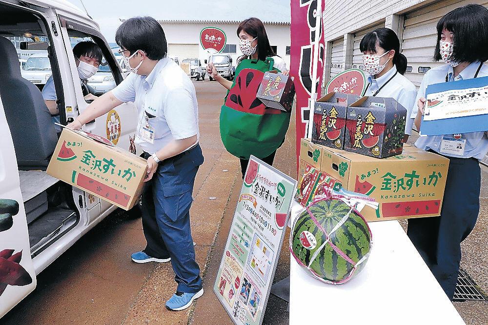 ドライブスルー本番に向け、準備を進める職員=金沢市松寺町のJA金沢市ほがらか村本店