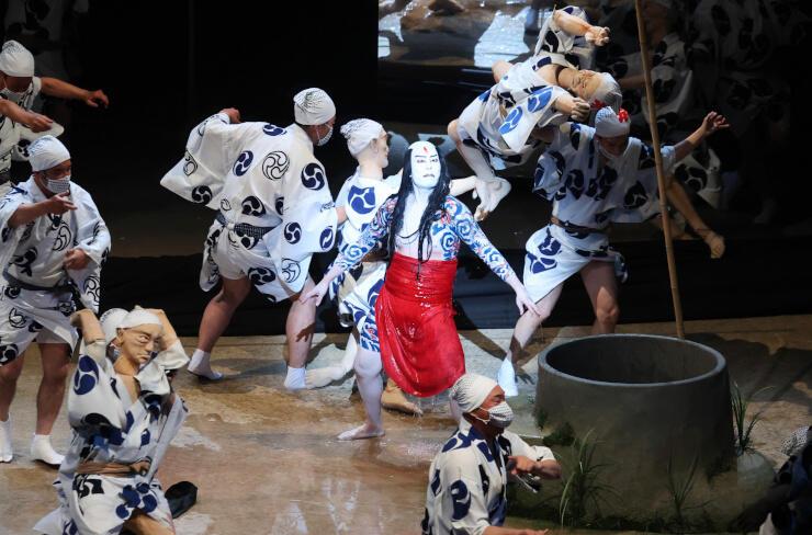 「夏祭浪花鑑」で、市民キャストらと共演する主人公・団七役の中村勘九郎さん(中央)=17日午後7時41分、松本市のまつもと市民芸術館