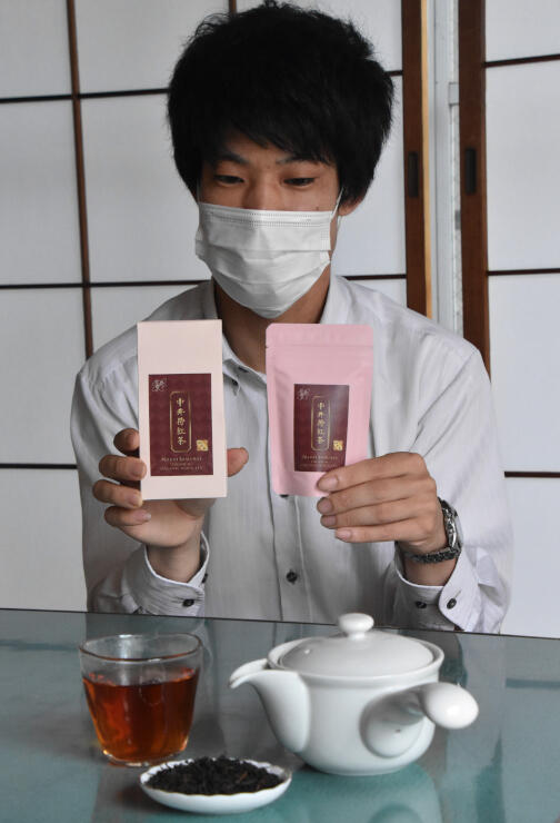 篠田さんが中井侍地区産の茶葉で作った「中井侍紅茶」