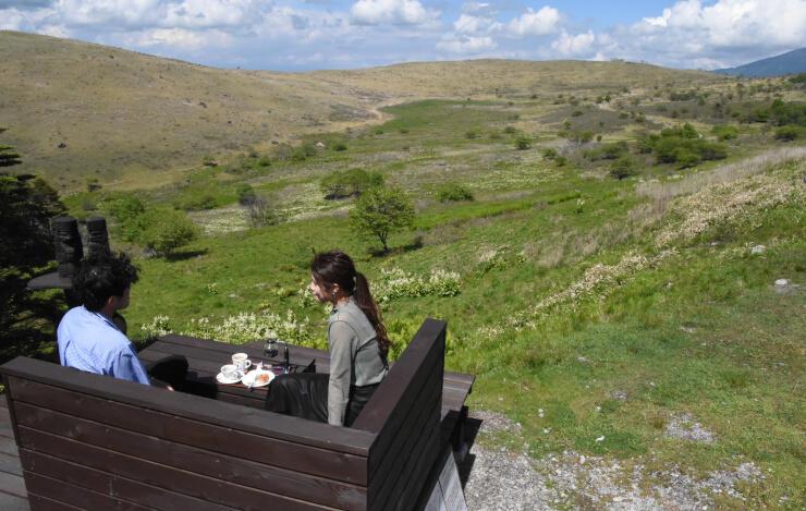 コーヒーなどを楽しめる特別席と車山湿原の眺め
