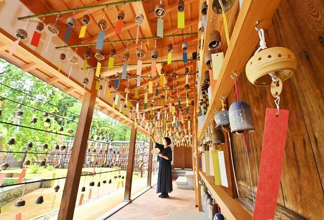 風に揺れ涼しげな音色を響かせる陶ふうりん=6月17日、福井県越前町の越前古窯博物館