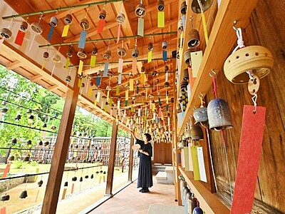 夏を奏でる越前焼の風鈴 福井県越前町、2千個並ぶ