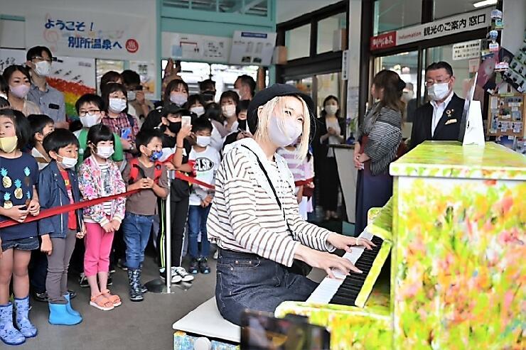 別所温泉駅の「ラブピアノ」で演奏するハラミちゃん