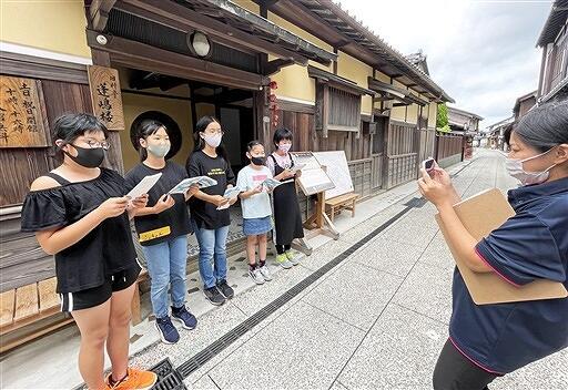 明治時代の旧料亭「蓬嶋楼」で紹介動画を撮影する子どもたち=6月20日、福井県小浜市飛鳥