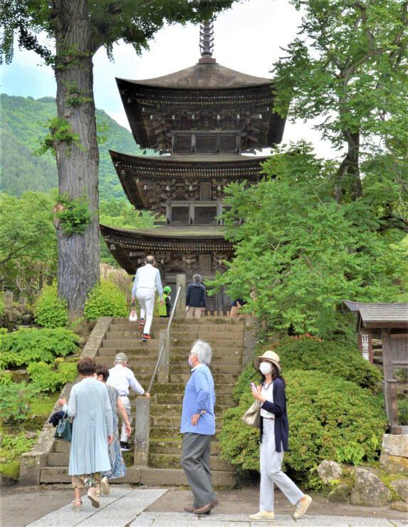 上田市日本遺産の構成文化財で重文の前山寺三重塔を訪れた人たち