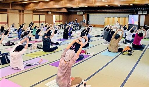 インドの「伝統的ヨーガ」を体験する参会者=6月20日、福井県あわら市舟津の「美松」