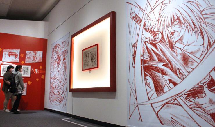迫力ある戦闘シーンを描いた原稿などが並ぶ「るろうに剣心展」=19日、新潟市中央区