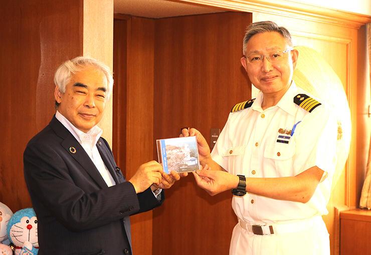 DVDを高橋市長(左)に贈呈する新出部長