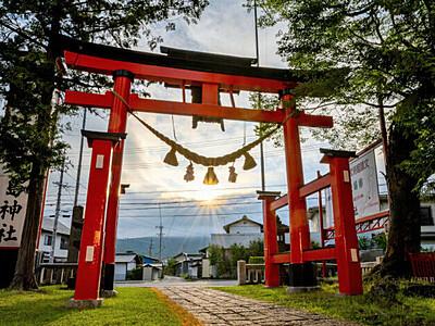鳥居越し、夏至の日昇る 上田・生島足島神社