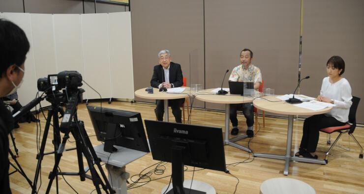 講座の収録に臨む大昔調査会の高見さん(左)、渡辺教授(中央)ら