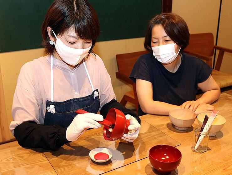 体験プランを計画する中臺さん(左)と田中さん