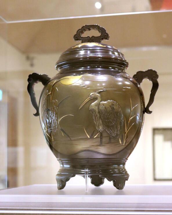 明治時代に作られた玉川堂の鎚起銅器の香炉。美術工芸品として輸出され、高く評価された=燕市大曲