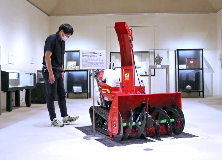 除雪機やカトラリーなど多彩な燕製品が一堂に並ぶ展示会場=燕市大曲