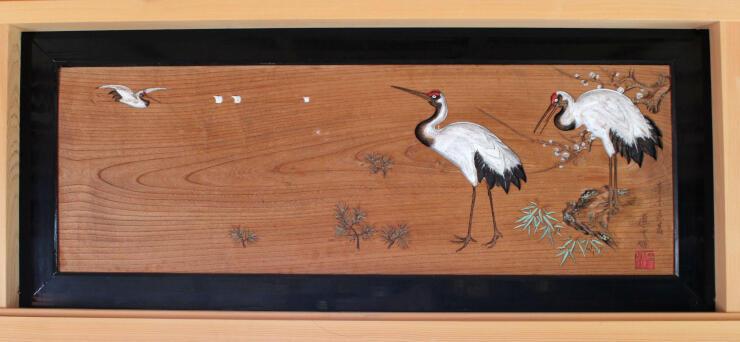 3羽のツルが彫られた欄間=魚沼市大石の天宗寺