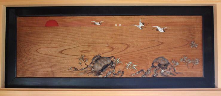 カメの彫刻をはめ込み、木目を生かして水平線を描いた欄間=魚沼市大石の天宗寺