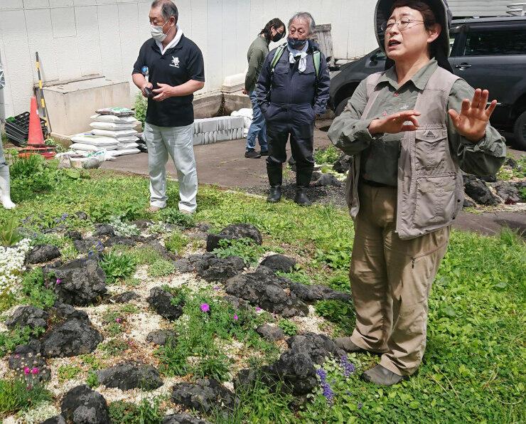 ピクニックガーデンの山野草について説明する山本さん(右)