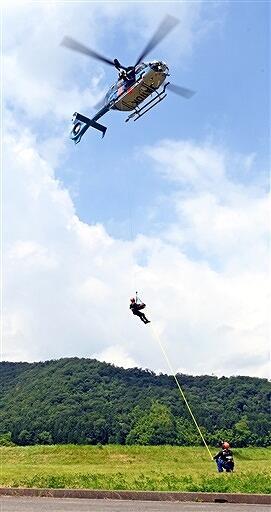 福井県警航空隊員らが山岳遭難者をつり上げる手順などを確認した救助訓練=6月24日、福井県福井市土橋町の市防災ステーション