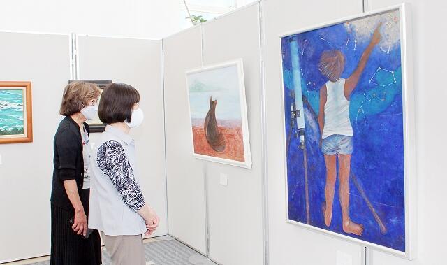 柔らかな色合いの日本画24点が並ぶ「萌の会」の作品展=6月25日、福井新聞社・風の森ギャラリー