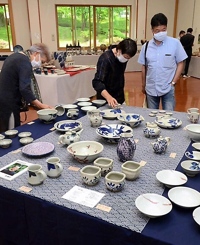 県内各地の陶芸作家の作品約千点が並んだ県陶芸展