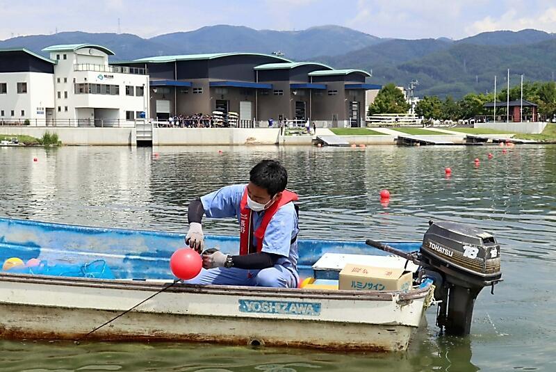 新しいブイを設置する県ボート協会員