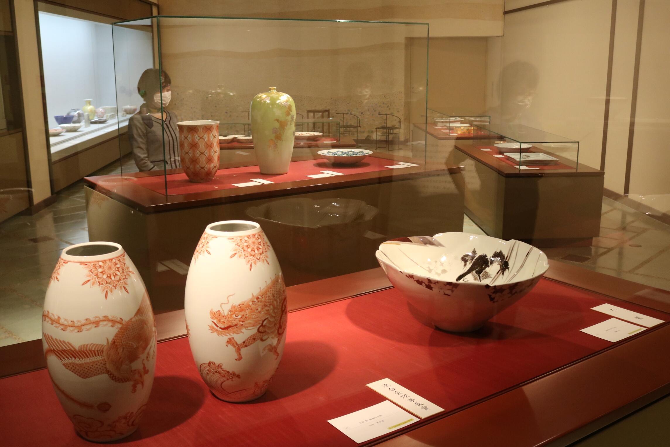 作品に見入る来場者=加賀市の県九谷焼美術館