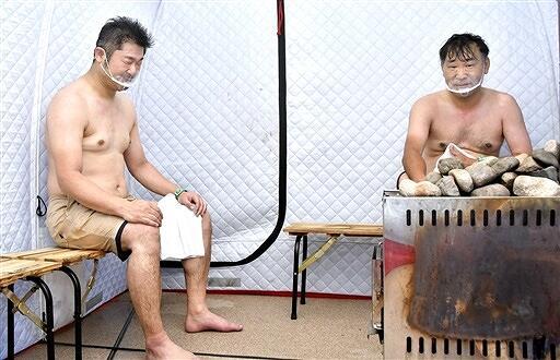 テントサウナを楽しむ参加者=6月27日、福井県大野市南新在家の「あっ宝んど」