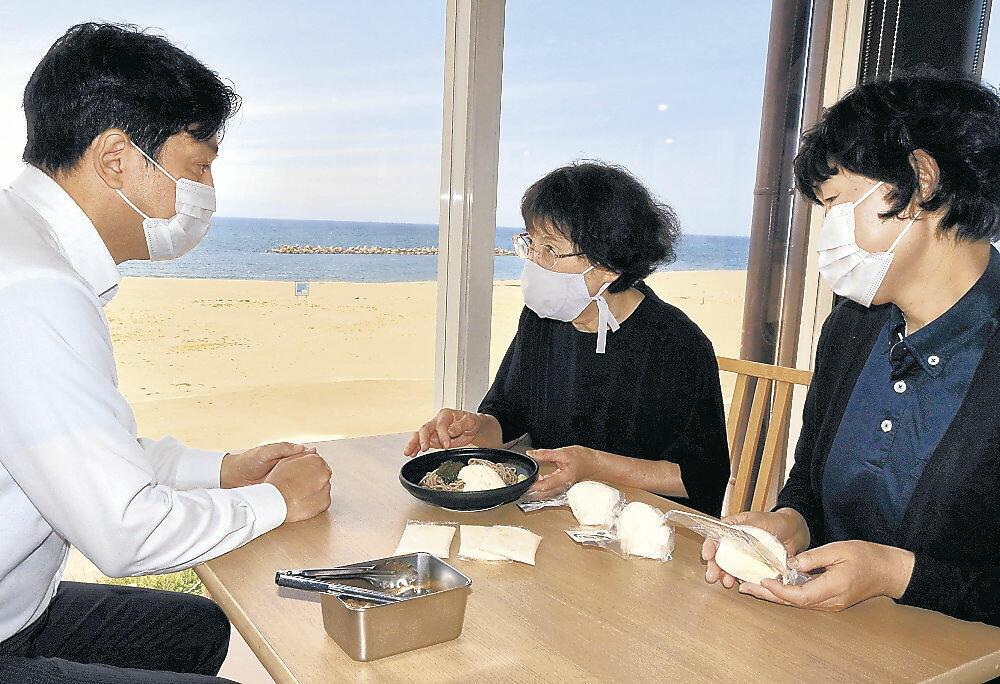 新メニューについて話し合いを進める浜田さん(中央)=白山市の徳光パーキングエリア
