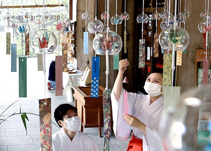 「夏詣」を前に、拝殿に飾り付けられた風鈴=高瀬神社