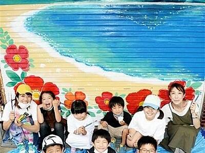 旧商店街を彩るアート 高浜町の児童がシャッターに絵画描く