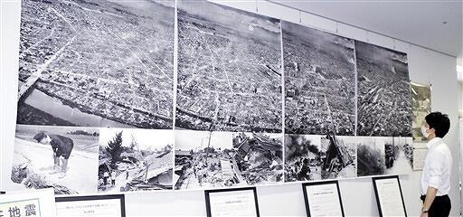 福井地震で大きな被害を受けた福井市中心部や復旧活動の様子を伝える写真が並ぶ企画展=6月29日、福井県福井市総合ボランティアセンター
